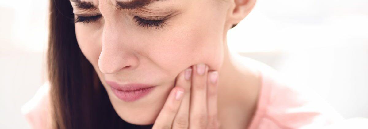 Femme souffrant d'un abces dentaire