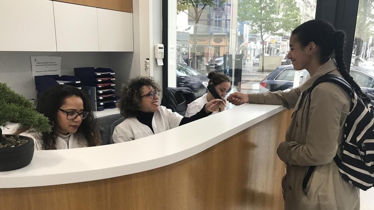 Accueil avec secrétaires et patient - Centre dentaire Cannes