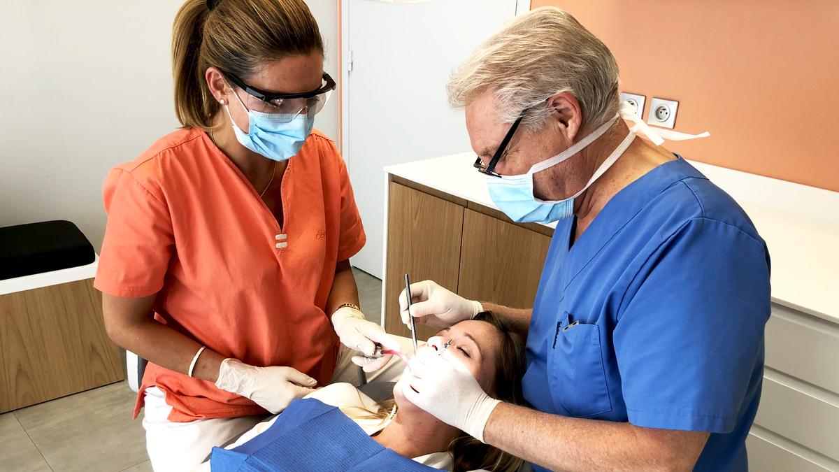 Dentsite et assistante avec patient au Centre dentaire Alfortville