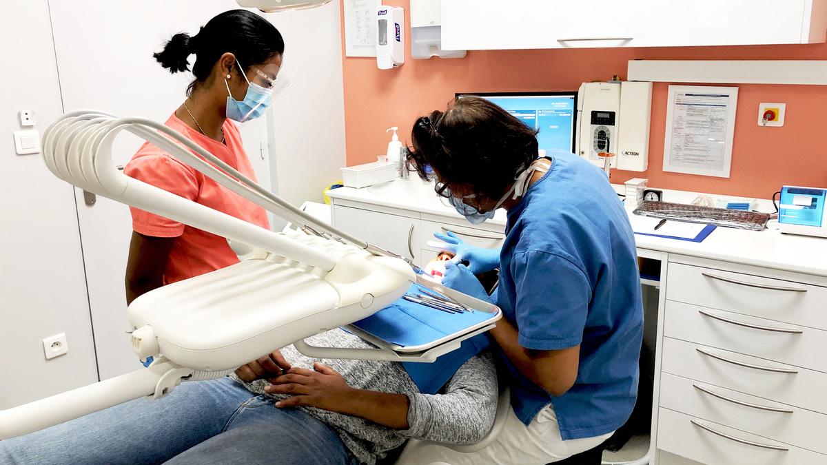 praticien dentiste avec patient centre dentaire lyon dentego