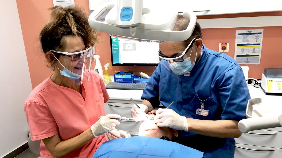 Chirurgien dentiste caen avec patient